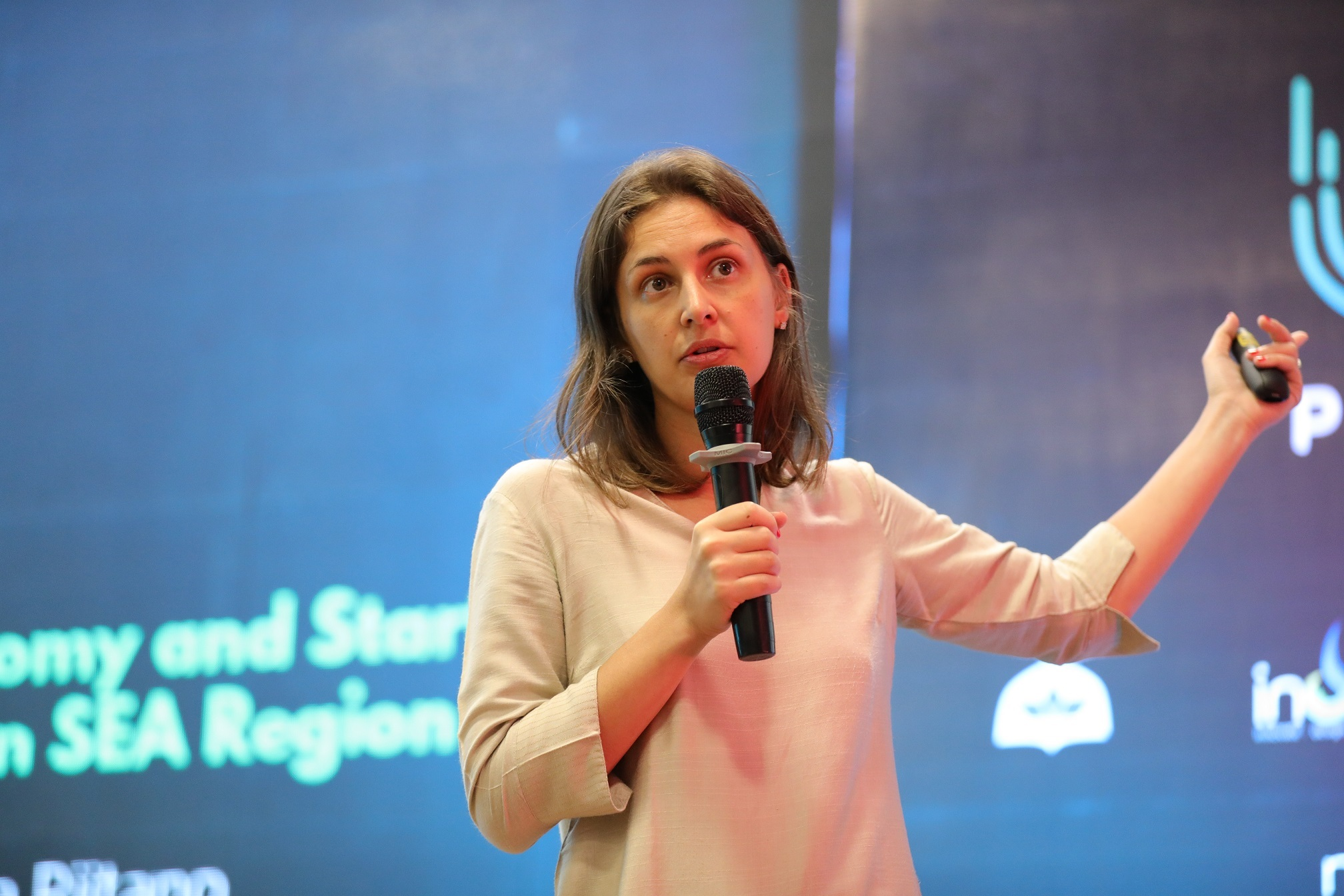 Giuliana Riitano talking about Internet Econommy and Startup Unicorns in SEA Region at UX Pakistan