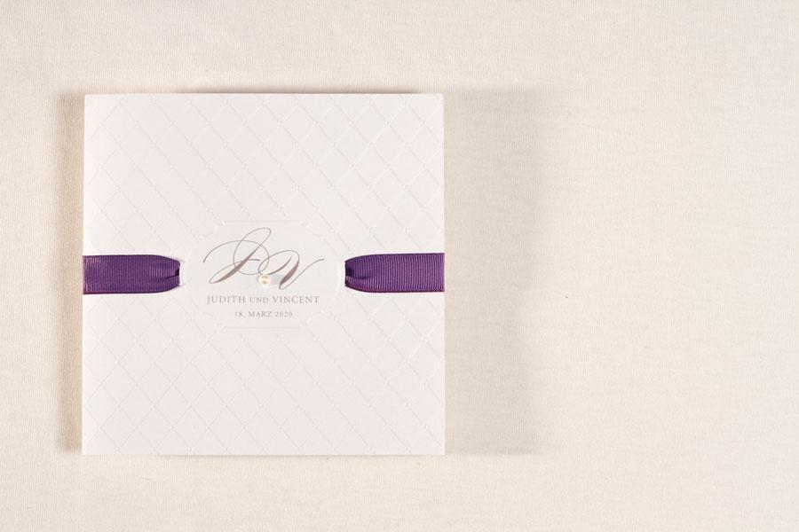 hochzeitseinladung-mit-perle-und-violettem-satinband-bueromac-106119-TA106-119-07-1